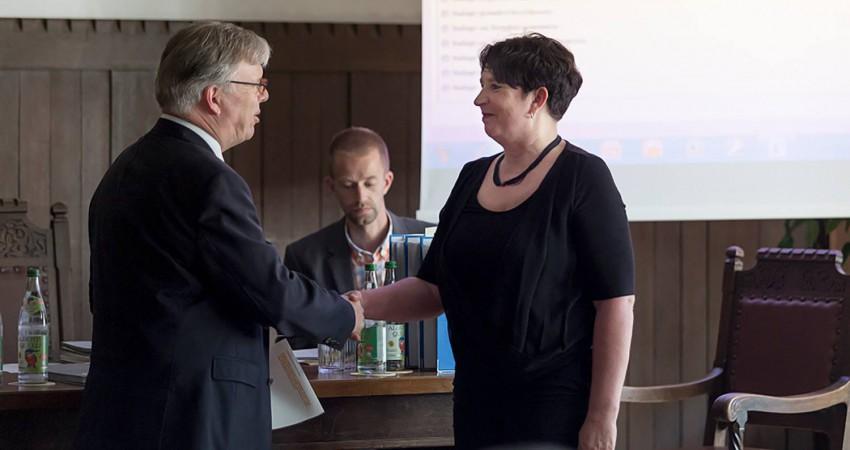 Steffi König bei der Vereidigung durch Bürgermeister Michael Kölbl